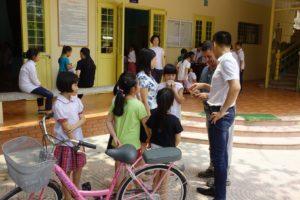 L'arrivée du vélo offert par Jean Michel à Linh